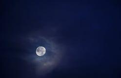 Bella luna piena in un cielo in pieno delle nuvole 1 Fotografia Stock