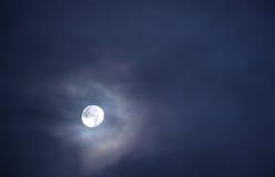 Bella luna piena in un cielo in pieno delle nuvole 3 Immagini Stock Libere da Diritti