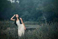 Bella ma donna triste nella favola, crisalide di legno immagini stock libere da diritti