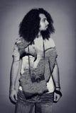 Bella macchina fotografica lunga della tenuta dei capelli ricci del fotografo immagine stock libera da diritti