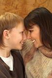 Bella madre caucasica charming con il suo figlio Fotografie Stock Libere da Diritti