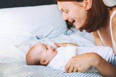Bella madre e bambino sveglio del bambino a casa Fotografia Stock Libera da Diritti