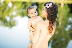 Bella mamma che porta il suo bambino adorabile fotografia stock libera da diritti
