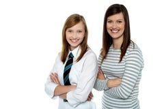 Bella mamma e figlia che propongono con fiducia Fotografia Stock Libera da Diritti