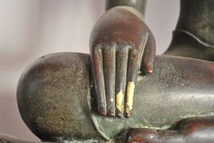 Bella mano d'ottone della statua di Buddha fotografia stock libera da diritti