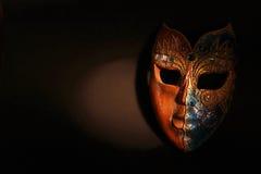 Bella maschera di legno di Brown alla luce drammatica del punto immagini stock libere da diritti