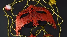 Bella maschera rossa con le piccole decorazioni che girano su un fondo nero Ciclo senza cuciture video d archivio