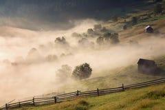 Bella mattina nebbiosa nel villaggio rumeno Fotografia Stock Libera da Diritti