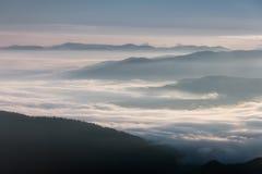 Bella mattina nebbiosa nelle montagne Fotografie Stock Libere da Diritti