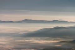 Bella mattina nebbiosa nelle montagne Immagini Stock