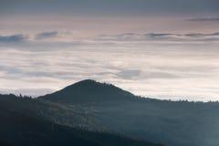 Bella mattina nebbiosa nelle montagne Fotografia Stock Libera da Diritti