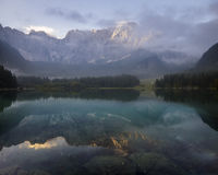 Bella mattina nebbiosa su un lago alpino Fotografia Stock