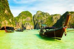 Bella Maya Bay Beach tropicale con i crogioli di coda lunga, Koh Phi Phi, Tailandia Immagini Stock Libere da Diritti