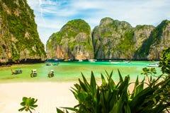 Bella Maya Bay Beach tropicale con le piante nella parte anteriore, Koh Phi Phi, Tailandia Fotografie Stock Libere da Diritti