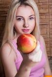 Bella mela della holding della ragazza Salute, sport, estate fotografia stock