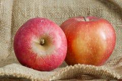 Bella mela rossa sul sacchetto della tela di canapa Immagine Stock