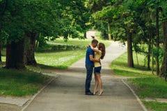 Bella menzogne amorosa delle coppie fotografie stock libere da diritti