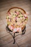 Bella merce nel carrello delle rose su una tavola Fotografie Stock