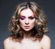 Bella metà di donna con capelli marroni ricci Fotografie Stock Libere da Diritti