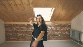 Bella moda atletica di dancing della ragazza e colpo metà di di salto video d archivio