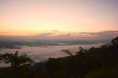 Bella montagna del paesaggio all'aumento del sole con la foschia fotografia stock libera da diritti