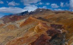 Bella montagna di superficie multicolore nel Tibet fotografia stock