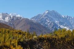 Bella montagna nel lago Phander, Ghizer, Pakistan del Nord immagine stock libera da diritti