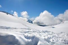 Bella montagna nevosa in nuvole Fotografia Stock