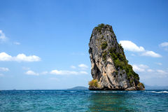 Bella montagna o isola in mare con cielo blu Immagini Stock Libere da Diritti