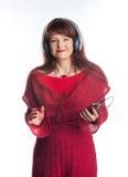 Bella musica d'ascolto della donna adulta Fotografia Stock