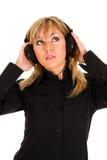 Bella musica d'ascolto della giovane donna Fotografia Stock Libera da Diritti