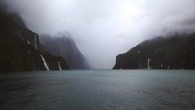 Bella natura con le cascate ed il lago video d archivio
