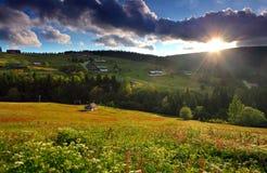 Bella natura della montagna con il sole Fotografie Stock