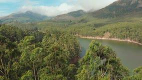 Bella natura di vista aerea con le montagne e le colline dal lago Mattupetty Stato del Kerala Vicino alla citt? di Munar video d archivio