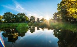 Bella natura lituana del lago e della foresta fotografie stock