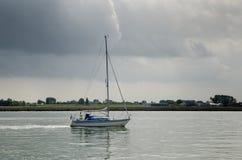 Bella navigazione bianca dell'yacht alla baia di IJsselmeer netherlands immagine stock
