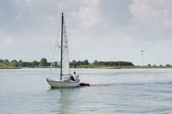Bella navigazione bianca dell'yacht alla baia di IJsselmeer netherlands immagine stock libera da diritti