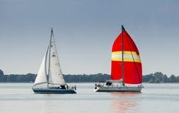 Bella navigazione degli yacht alla baia di IJsselmeer netherlands fotografie stock