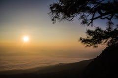 Bella nebbia del mare a tempo la mattina al punto di vista di alba Immagine Stock Libera da Diritti
