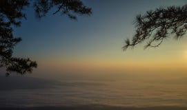 Bella nebbia del mare a tempo la mattina al punto di vista di alba Fotografie Stock Libere da Diritti