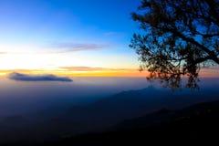 Bella nebbia del mare a tempo la mattina al punto di vista di Berk della vasca di Phu Fotografia Stock