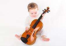 Bella neonata che gioca con un violino Fotografia Stock Libera da Diritti