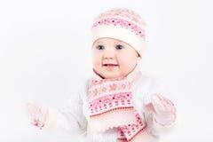Bella neonata che indossa cappello, sciarpa ed i guanti tricottati Immagine Stock