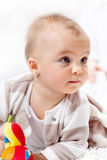 Bella neonata che striscia sul pavimento Fotografia Stock