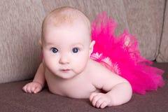 Bella neonata divertente che si trova sul sofà immagini stock