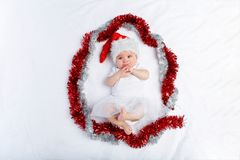 Bella neonata nella menzogne del cappello di natale fotografia stock
