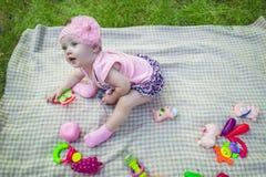 Bella neonata sull'erba verde Infanzia felice fotografia stock libera da diritti