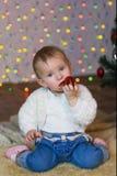 Bella neonata in vestito rosso nella notte di San Silvestro Fotografia Stock