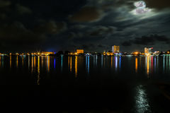 Bella notte alla città di Labuan Fotografie Stock Libere da Diritti