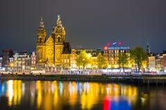 Bella notte a Amsterdam Illuminazione di notte delle costruzioni e delle barche vicino all'acqua nel canale Fotografie Stock